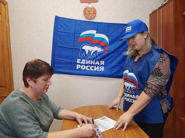 В День Конституции единороссы поздравили будущего члена Партии с днем рождения