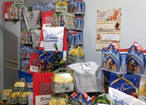 Малышам и подросткам вручили сладости в рамках благотворительной акции