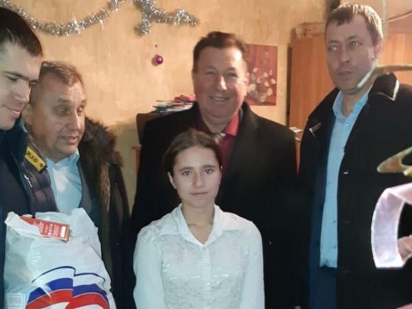 Партийцы Местных отделений «Единой России» дарят подарки детям