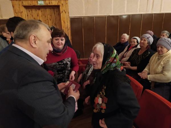 Чаплыгинские единороссы вручили ветеранам юбилейные медали