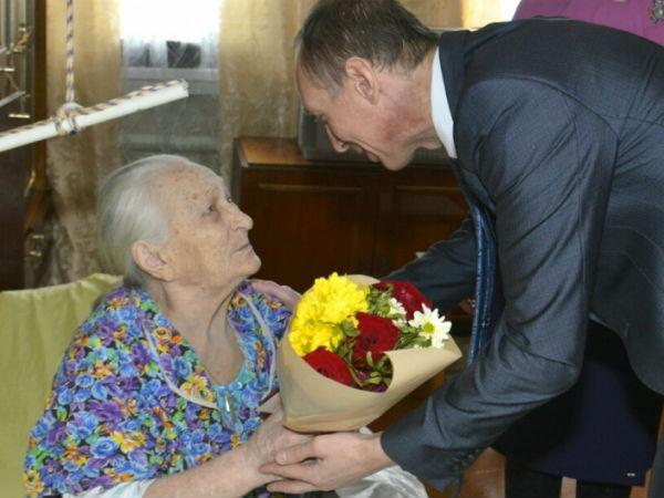 Единороссы Ельца вручили юбилейные медали участнице войны и труженице тыла